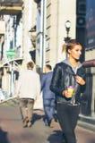 El dar un paseo en el centro de ciudad Fotos de archivo libres de regalías