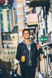 El dar un paseo en el centro de ciudad Foto de archivo