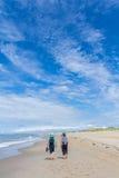 El dar un paseo en la playa Imagen de archivo