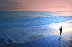 El dar un paseo en una playa Foto de archivo libre de regalías