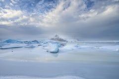 El dar un paseo a través de la laguna congelada del ³ n del rlà del ¡de Fjallsà foto de archivo libre de regalías