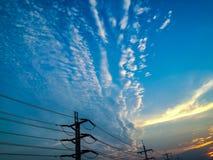 El de alto voltaje en el cielo hermoso fotos de archivo libres de regalías