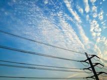 El de alto voltaje en el cielo hermoso imagen de archivo