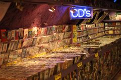 2017, el 21 de febrero - Londres, Gran Bretaña: Tienda CD con los estantes llenos de Cdes Fotos de archivo