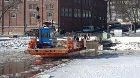 El ` de Fiori del ` del transbordador está viniendo al puerto deportivo Febrero en Turku, Finlandia almacen de metraje de vídeo