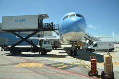 El 2016 de julio Italia - el avión de la línea aérea italiana Neos en el aeropuerto Fotos de archivo