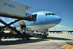 El 2016 de julio Italia - el avión de la línea aérea italiana Neos en el aeropuerto Imagenes de archivo