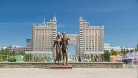 El ` de la escultura mi ` de la felicidad en la entrada al callejón del hyperlapse del timelapse del amor Astana, Kazakhstan almacen de metraje de vídeo