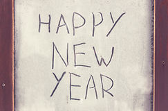 El ` de la Feliz Año Nuevo del ` de la inscripción en la ventana escarchada Foto de archivo libre de regalías