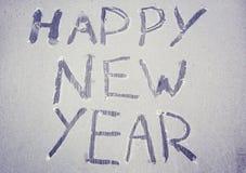 El ` de la Feliz Año Nuevo del ` de la inscripción en la ventana escarchada Imagen de archivo libre de regalías