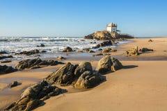 """El †de la playa de Miramar Miramar del Praia """"y la pequeña capilla llamaron Senhor DA Pedra Imagen de archivo"""