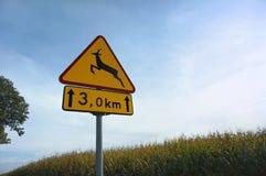 El ` de la señal de peligro del camino se guarda de los animales que cruzan ` del tráfico Imagen de archivo
