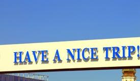 El ` de la señal de tráfico tiene un ` agradable del viaje Imagen de archivo libre de regalías