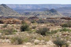 El ` de las montañas del negro del ` en el área que confina el barranco anaranjado del río en Augrabies cae en Suráfrica Imagen de archivo
