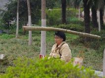 Aptitud peculiar del viejo hombre de China Imagenes de archivo