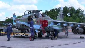 2017, el 20 de marzo, Rusia, Moscú: - Servicio técnico que prepara el avión de combate SU-25 para el despegue en un militar metrajes