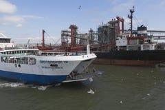 El ` de Protoporos 4 del ` del transbordador con la pasarela bajada se acerca al embarcadero en el puerto del Cáucaso Imágenes de archivo libres de regalías