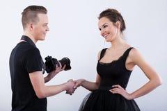 El decir del fotógrafo le agradece a su modelo foto de archivo