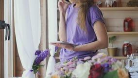 El decorador de la boda soluciona las aplicaciones pasadas la organización en el teléfono almacen de metraje de vídeo