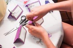 El decorador hace las tarjetas de la invitación Imagen de archivo libre de regalías