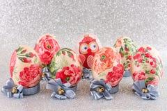 El decoupage colorido adornó los huevos de Pascua Fotos de archivo libres de regalías