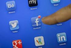 El dedo de Ä°ndex está a punto de tocar el icono del facebook imágenes de archivo libres de regalías