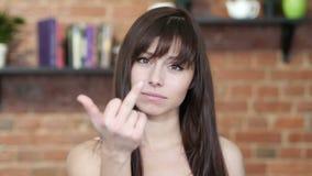 El dedo medio, mujer trastornada muestra la agresión, interior almacen de video