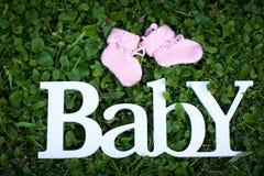El ` del bebé del ` de la palabra hecho de las letras de madera blancas foto de archivo libre de regalías