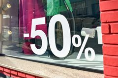 el 50% del cartel de la venta de la promoción del descuento de la venta, bandera, anuncios en la tienda, tienda, droguería, venta imagenes de archivo