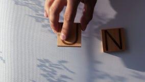 El ` del SOL del ` de la palabra se presenta en letras de madera almacen de metraje de vídeo
