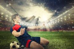 El delantero del fútbol disfruta para la victoria en el estadio fotos de archivo libres de regalías