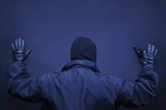 El delincuente del hombre entregado arma para arriba Foto de archivo libre de regalías