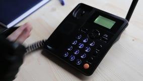 El delincuente evita que la víctima llame el servicio de rescate 911 almacen de video
