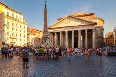 El della antiguo Rotonda del panteón y de la plaza en Roma en la puesta del sol Fotografía de archivo libre de regalías