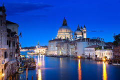 El della de Santa María del Gran Canal y de la basílica saluda, Venecia, Italia foto de archivo