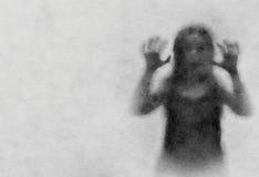 El demonio negro de la silueta frecuenta las mujeres que fingen Software del filtro para convertir una acuarela Imagen de archivo libre de regalías