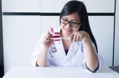El dentista diagnostica los modelos plásticos con el cepillo de dientes, concepto de los dientes de comprobación dental, dentur d Fotografía de archivo libre de regalías