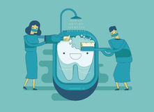 El dentista está limpiando el diente, concepto dental Imagen de archivo