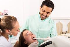 El dentista examina la cavidad bucal Imagenes de archivo