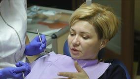 El dentista examina y trata a la mujer en su oficina metrajes