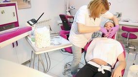 El dentista extrajo el diente almacen de metraje de vídeo