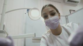 El dentista pone el ` t como la condición de dientes pacientes almacen de metraje de vídeo