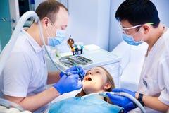 El dentista trata los dientes Fotos de archivo