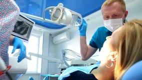 El dentista trata los dientes almacen de video