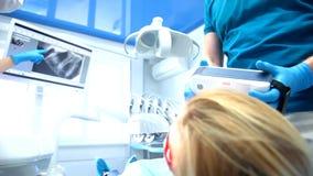 El dentista trata los dientes almacen de metraje de vídeo
