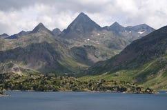 El depósito de Respomuso antes un lago natural de la montaña, o el ³ n, ³ n, los Pirineos del ibà de Aragà se extiende Fotos de archivo