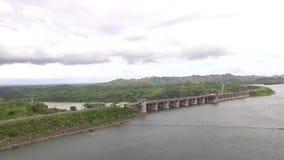 El depósito eléctrico hidráulico de la presa forma el lago enorme en Cordillera montañosa metrajes