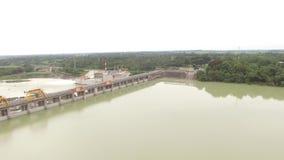 El depósito eléctrico hidráulico de la presa forma el lago enorme en Cordillera montañosa almacen de video