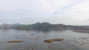 El depósito eléctrico hidráulico de la presa forma el lago enorme en Cordillera montañosa en donde prospera la aguamarina la pisc almacen de video