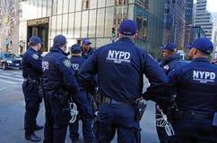 El Departamento de Policía de New York City proporciona la seguridad para la torre del triunfo Fotografía de archivo libre de regalías